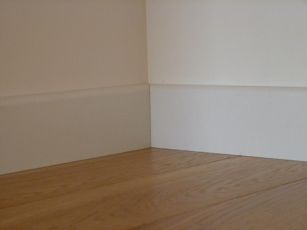 Plinthe rev tue blanc pr te peindre parquet satin for Peindre parquet bois