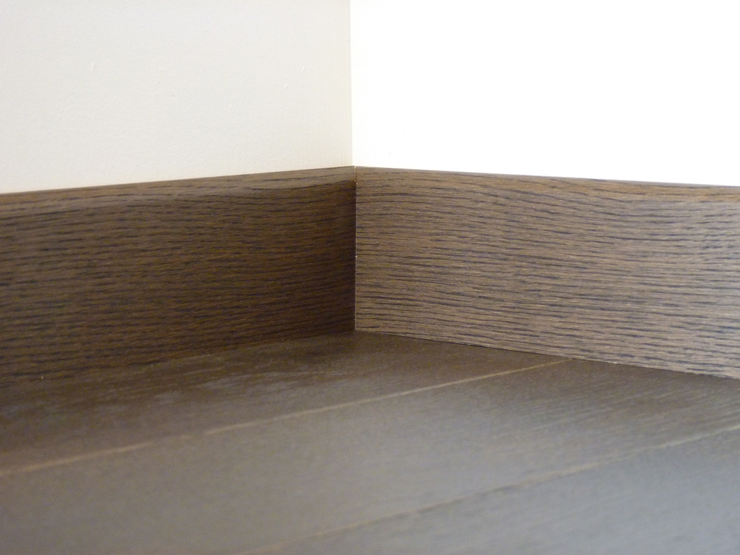 plinthe plaqu e vernie ch ne parquet graphite. Black Bedroom Furniture Sets. Home Design Ideas